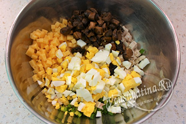 добавить яйцо, сыр и грибы