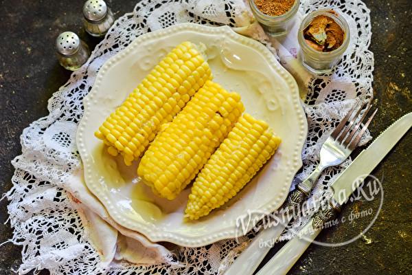 подавать кукурузу с маслом