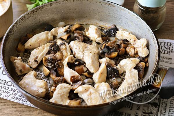 жарить грибы и мясо
