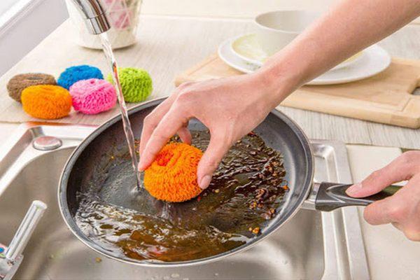 Можно ли мыть горячую сковороду сразу после приготовления пищи?