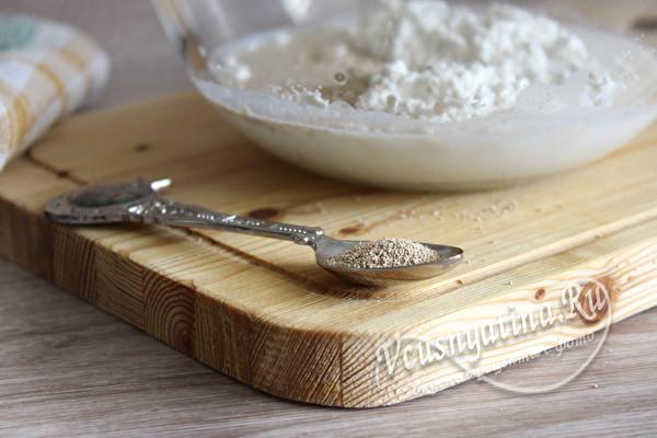 Дрожжевые пирожки с тушенкой, рисом и яйцом в духовке