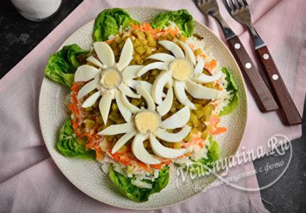 Вкусный и красивый салат Ромашковое поле