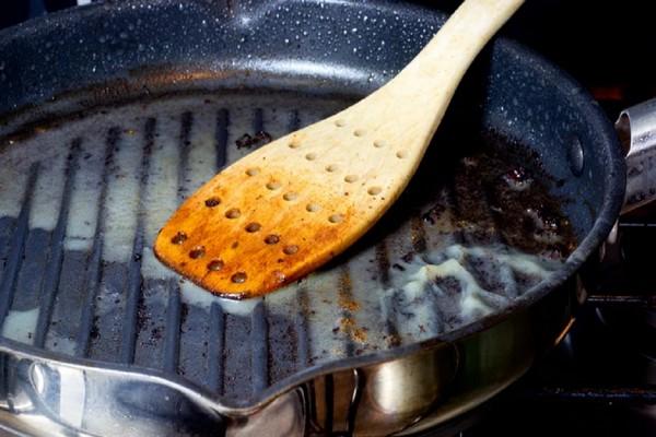 К сковороде пригорает пища. Что делать, чтобы ничего не прилипало
