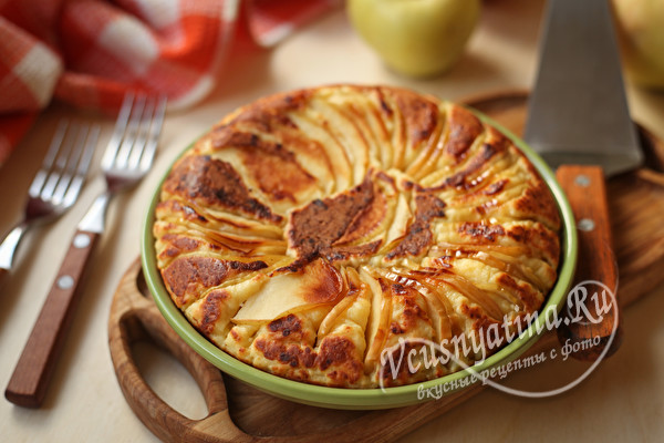 Творожная лепешка с яблоками на сковороде