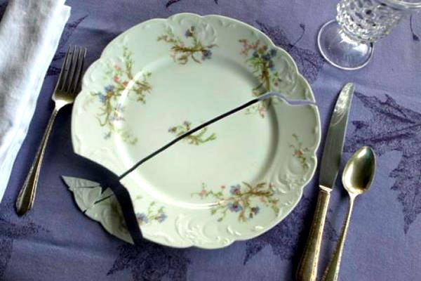 Разбилась тарелка сама по себе. К чему бы это?