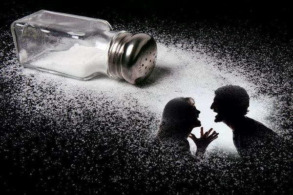 К чему рассыпается соль и что делать, чтоб не поругаться