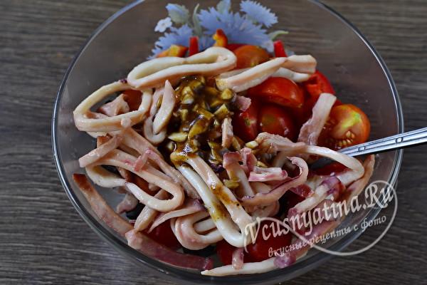 Салат с кальмарами и овощами с соевым соусом