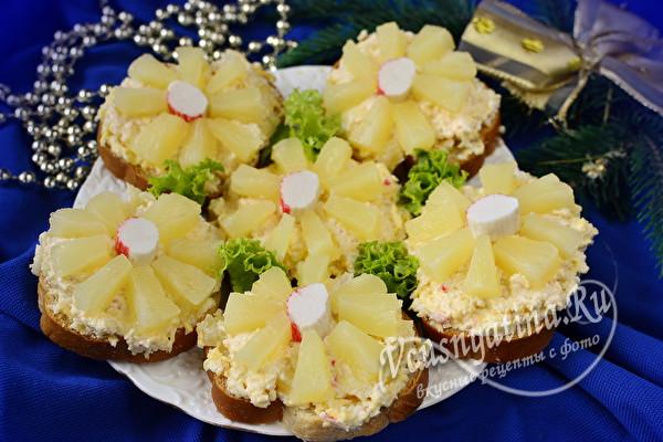 Бутерброды с крабовыми палочками, ананасами и сыром к празднику