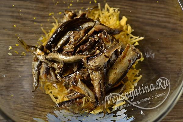 Салат Чайка с сыром, горошком и шпротами