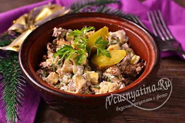 Салат с куриной печенью, яйцом и огурцом