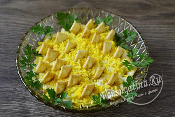 Рецепт слоеного салата с крекером и консервированным тунцом