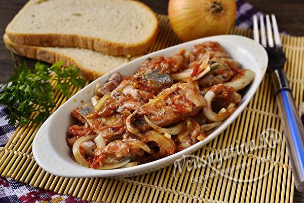 Обалденно вкусная селёдка хе с луком и томатной пастой