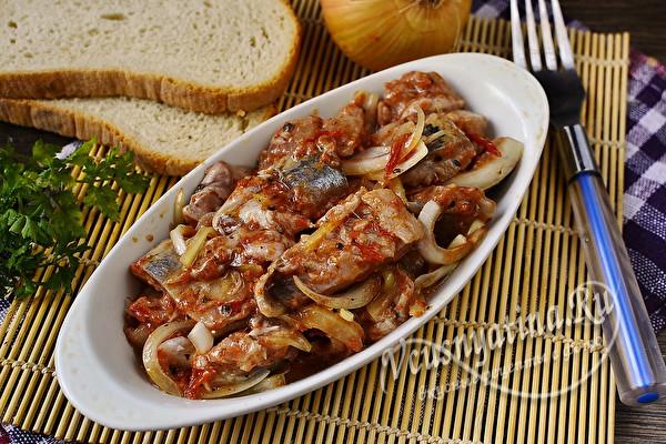 Селёдка хе с луком и томатной пастой