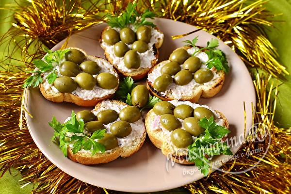 """Бутерброды с оливками и ветчиной """"Виноградная гроздь"""""""