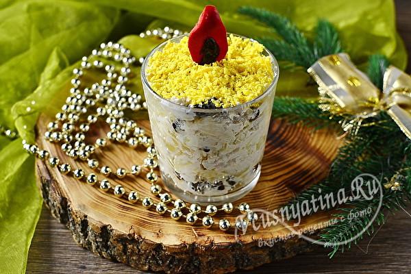 Салат из курицы, яиц и сыра в стакане, оформленный в виде свечи