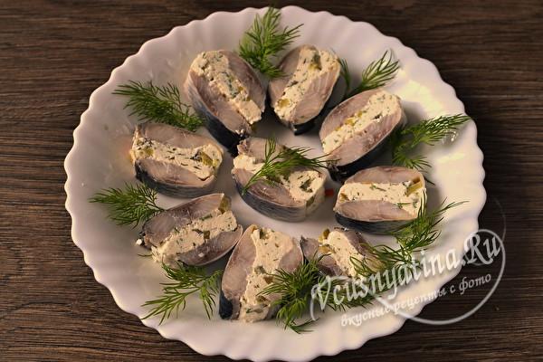 Фуршетные рулетики из сельди с плавленым сыром и солёными огурцами