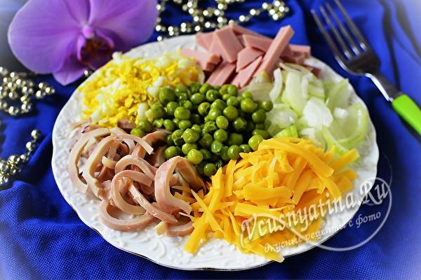 Салат из кальмаров, вареной колбасы и зеленого горошка – очень вкусно