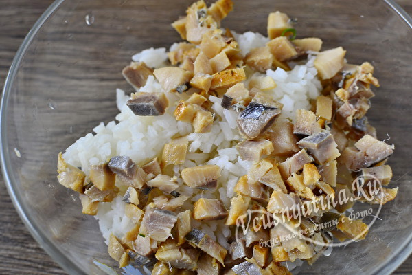 Очень вкусный салат с копченой селедкой, рисом и яйцом