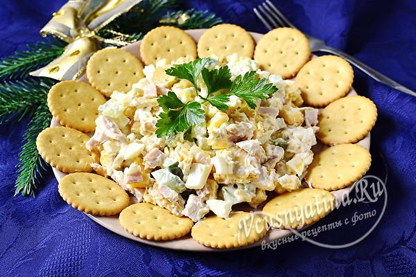 Салат с крекерами и курицей