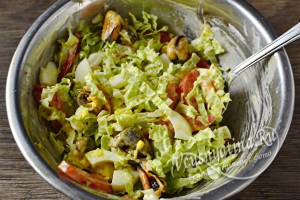 Очень вкусный салат с мидиями и пекинской капустой