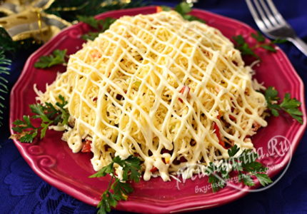 Слоеный салат с ветчиной, сыром и помидорами