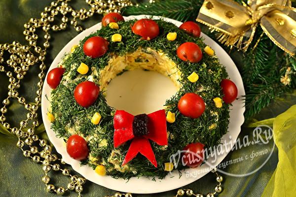"""Салат """"Рождественский венок"""" с курицей и грибами"""