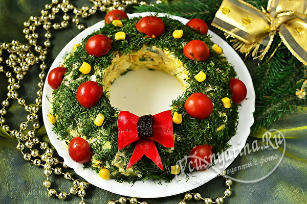 Салат в форме венка, украшенный зеленью и томатами черри