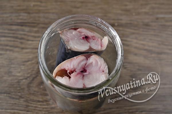 Малосольная скумбрия с черносливом – вкус невероятный