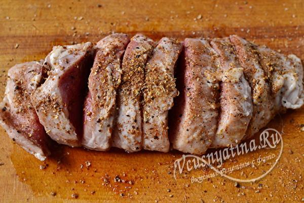 Свинина, натертая специями и солью