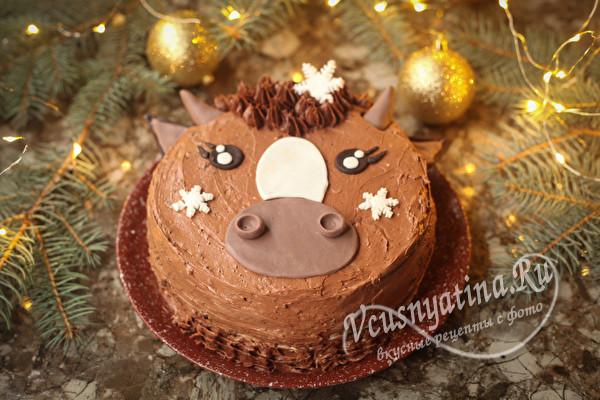 Бисквитный торт, украшенный мастикой в виде головы быка