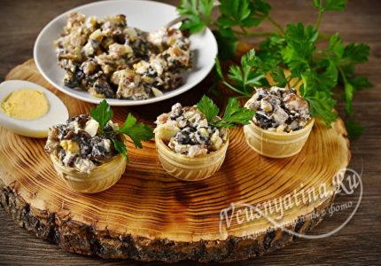 Закуска из копченой скумбрии, грибов и яйца