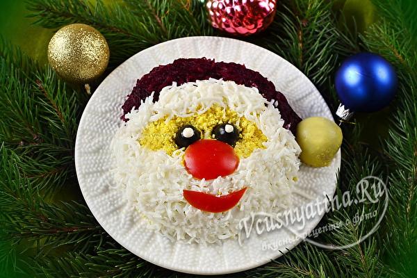 Салат, оформленный в виде Деда Мороза