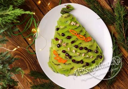 Салат в виде елки, украшенный киви