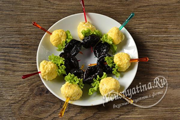 Канапе с черносливом и сырными шариками