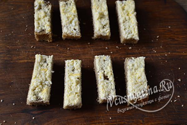 Канапе с селедкой и плавленым сыром на шпажках