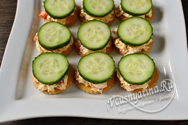 Крекеры с салатом из курицы – новогодняя закуска