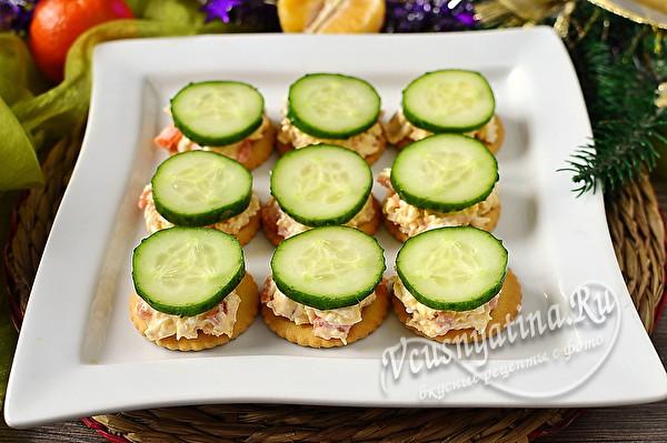 Крекеры с салатом, украшенные огурцом