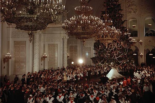 Откуда появилась традиция встречать Новый год с елкой и под бой курантов