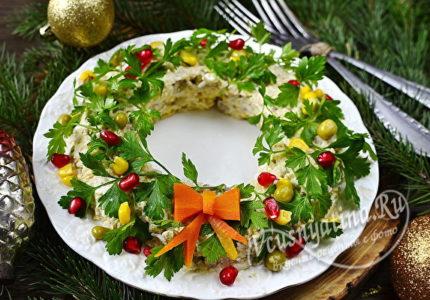 Салат с консервой в виде новогоднего венка