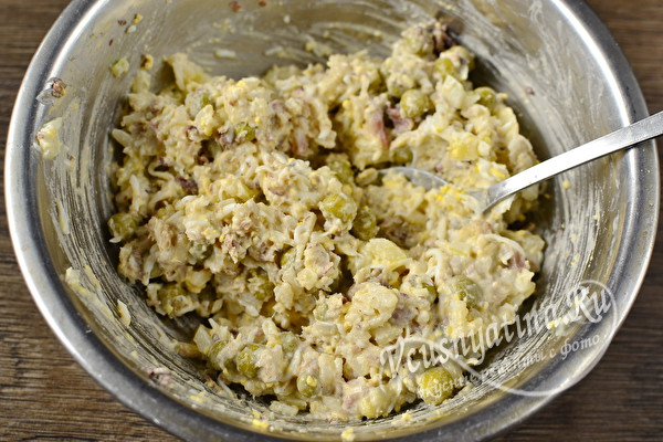 Вкусный и красивый салат «Новогодний венок» с консервой