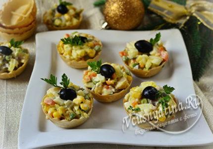 Салат с копченой скумбрией в тарталетках, украшенный маслинами и зеленью