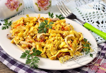 Салат с кальмарами, яйцом и кукурузой
