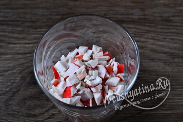 Вкусный и простой салат с крабовыми палочками