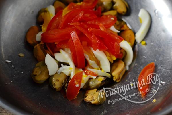 Вкусный салат с мидиями и помидорами