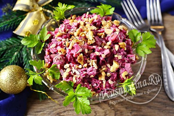 Салат из свеклы с куриной печенью и солеными огурцами