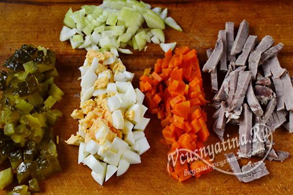 Слоеный салат с языком и маринованными огурцами