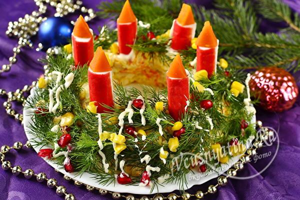 Салат в виде венка со свечами из крабовых палочек