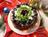 Печеночный торт, украшенный зеленью