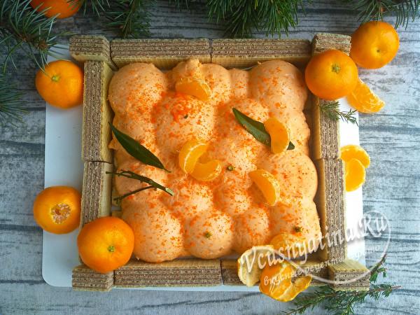 Муссовый торт, оформленный в виде ящика с мандаринами