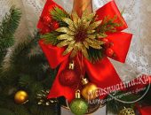 Новогоднее украшение на бутылку шампанского из ленты и цветка